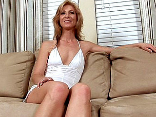 Glamorous Anilos mother i'd like to fuck Dee Dee exposes her rosy wet muff