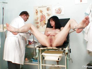 brunete mature floozy acquires a sex toy therapy