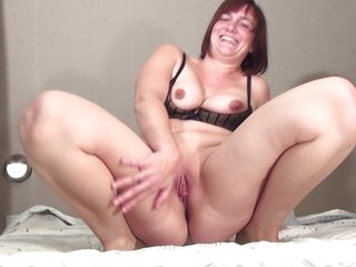 aged mom caro is sucking a young cock