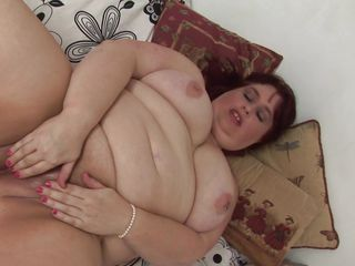 fat mature masturbates frenetically