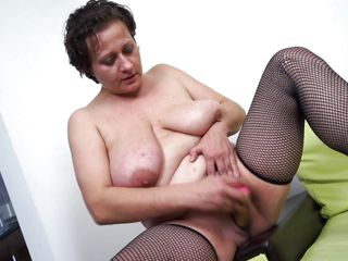mature slut melanie is having pleasure with a dildo