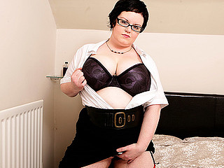 Check out this kinky geeky chubby whore playing with her body